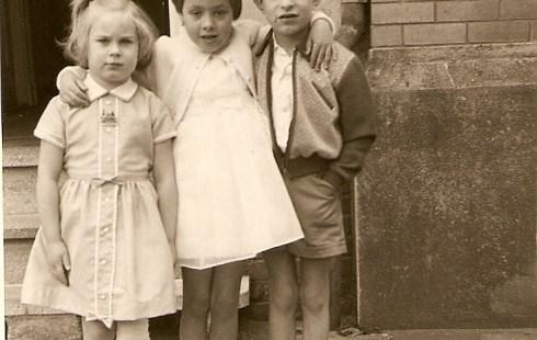 Anneke van Montfort, Susanne Belt en Harrie van Montfort mei 1964