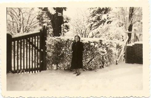 Mevrouw Belt bij tuin van Dinger