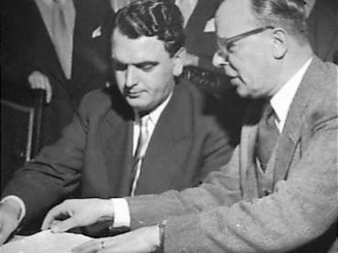 Bron: Gahetna.nl | Egidius (Gied) Joosten (links) voorzitter van de NBVB tijdens het tekenen van een overeenkomst (met de KNVB).