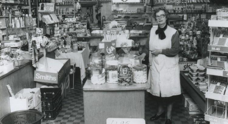 Bron: Rijckheyt.nl | Mevrouw Swinkels in haar kruidenierswinkel.