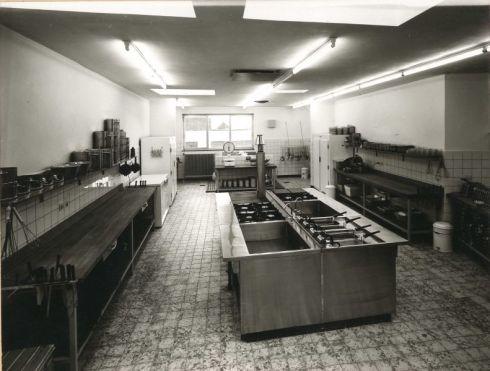 Bron: Rijckheyt.nl   Keuken van de lunchroom van warenhuis Schunck.