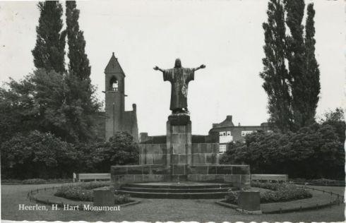 Bron: Rijckheyt.nl | H.Hartbeeld. Links de Ned. Hervormde kerk.