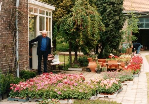 Bron: Privécollectie Tonny Friedrichs-Verhelst | Frans Van Loo bij zijn plantjes
