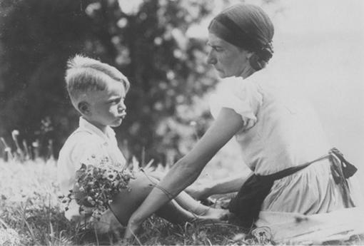 Bron: M. Mittermayer, Thomas Bernhard (Frankfurt/M: Suhrkamp, 2006) | Thomas Bernhard met zijn moeder Hertha in 1933.