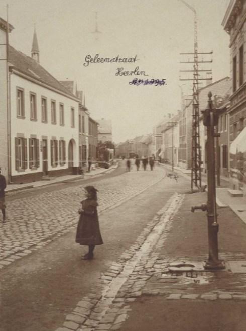 Bron: Rijckheyt.nl | Op de voorgrond de waterpomp nabij het huis De Gouden Klok (1903).