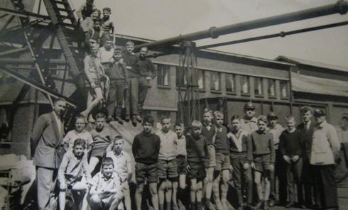 De leerlingen van de zesde klas van de Michaelschool gelegen op het Eikske brachten een bezoekje aan de mijn ON II. Links op de foto meester Goes leraar van de OVS. De foto is gemaakt aan de voet van de Schacht.