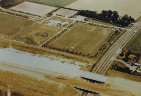 Bron: Rijckheyt.nl | Luchtfoto van Welten. Aanleg van de autoweg Bocholtz-Eindhoven (A76). Onder het viaduct de autoweg Heerlen-Maastricht (A79)., 06-08-1975.