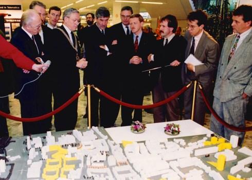 Foto Dries Linssen, Presentatie stadsontwerp door burgemeester Piet van Zeil aan minister-president Ruud Lubbers in 1990