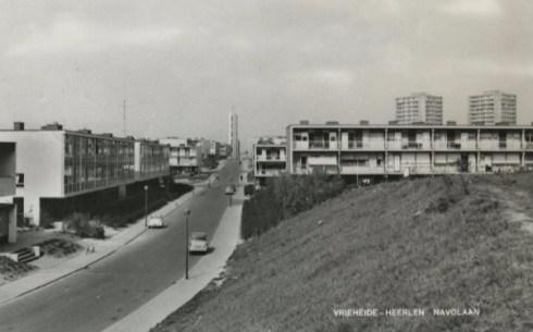 Bron: Rijckheyt.nl | Vrieheide, Navolaan. Op de achtergrond de toren van de nieuwe Christus Koningkerk (Nieuw-Einde)., in of voor 1966