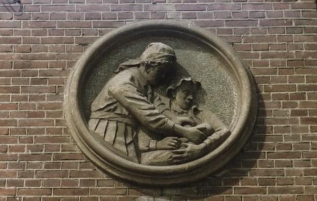 Op de muur van de Vroedvrouwenschool in Heerlen | Bron: Rijckheyt