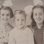 Anneke de Pater met zus en broertje Rijksvoogdijkinderen