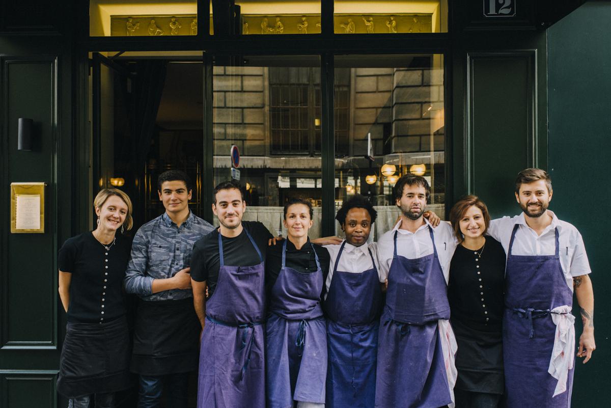 daniel rose et son équipe devant le restaurant la bourse et la vie