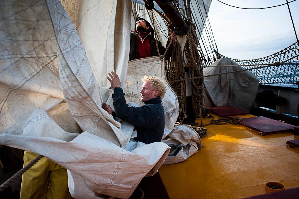 ruurd réduit la voilures du navire avec l'éaide de l'équipage.
