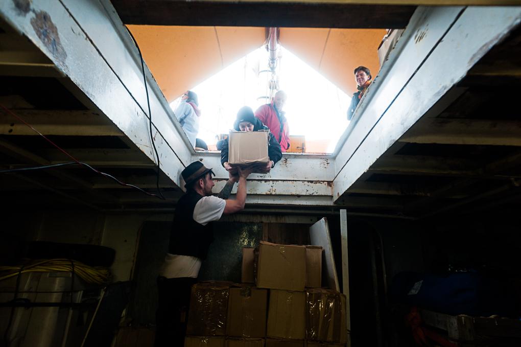 En escale à Brest, l'équipage décharge une partie de la cargaison.