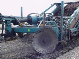 De wortels worden uit de grond gelicht en via een trilband schoon geschud