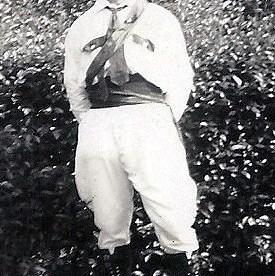 """Gilde St. Jan uit Leenderstrijp 1938 Frans Hulsen met het nieuwe pak voor de """"Standaardruiter"""" Het oorspronkelijk doel van de standaardruiter was om het ridderlijk aanvoeren van het Gilde. Hij gaat zig-zag voorop en maakt daarmee de weg vrij voor het Gilde. De standaardruiter draagt een klein vaandel met zich mee."""