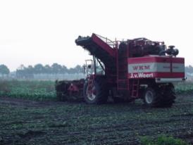WKM 9000 zelfrijdende bietenrooier. Zeer wendbaar door de achteras besturing.