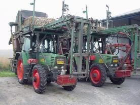 De transportband gaat mbv een cilinder naar voren waar dmv van weerhaken de pakken naar boven getransporteerd worden.