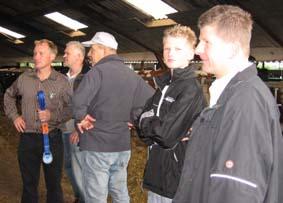 Peter v Rijsingen (links) geeft uitleg in de koeienstal
