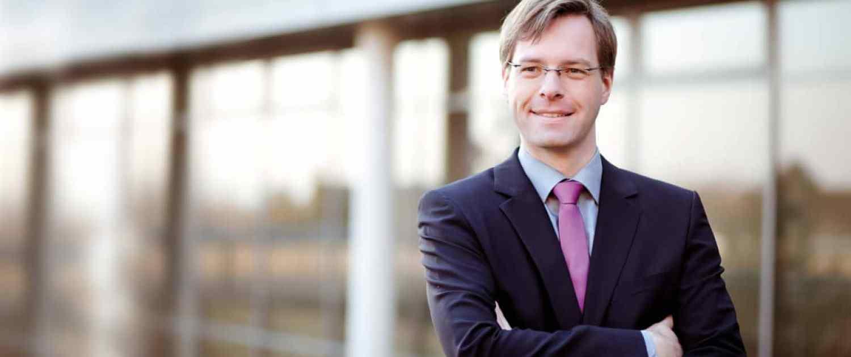 Gregor Heilmaier, Büro, blauer Anzug