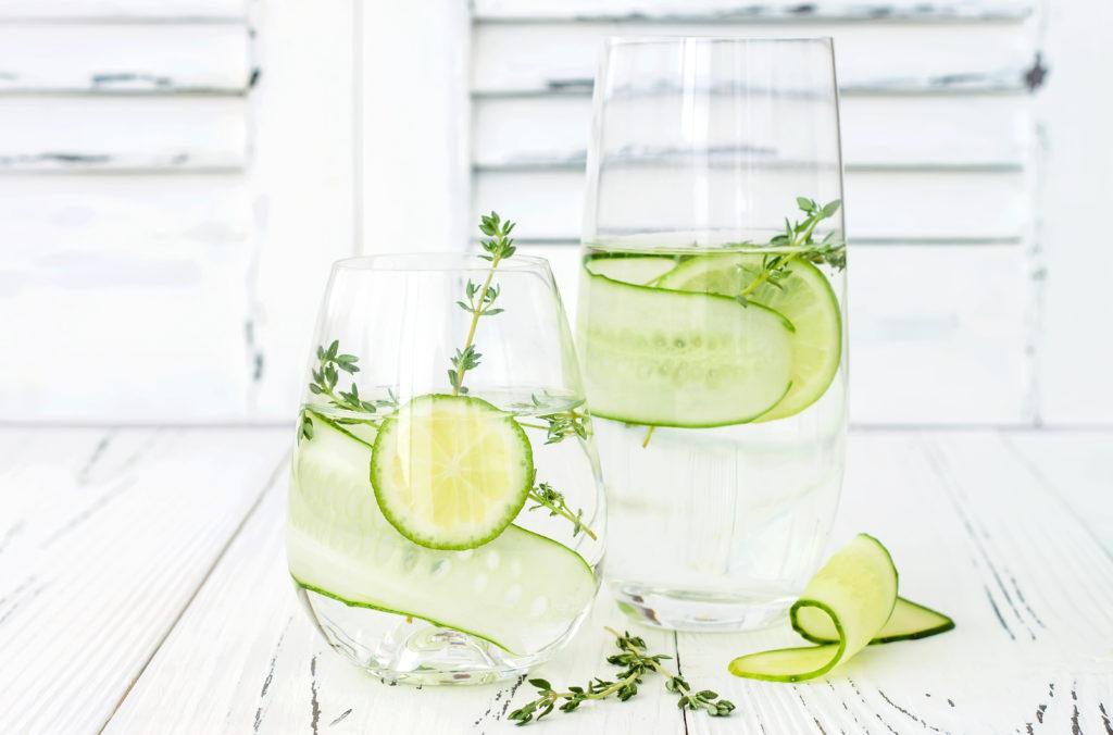 Gurkenwasser eignet sich hervorragend als Basis für eine natürliche Reinigungslotion. (Bild: sveta_zarzamora/fotolia.com)