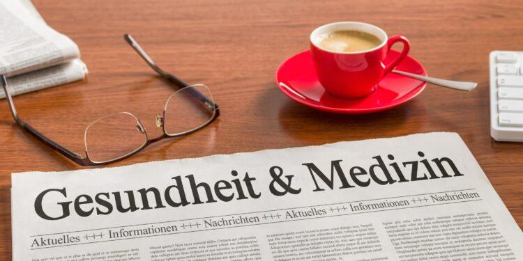 Sur un bureau, il y a des verres, un journal et une tasse de café.