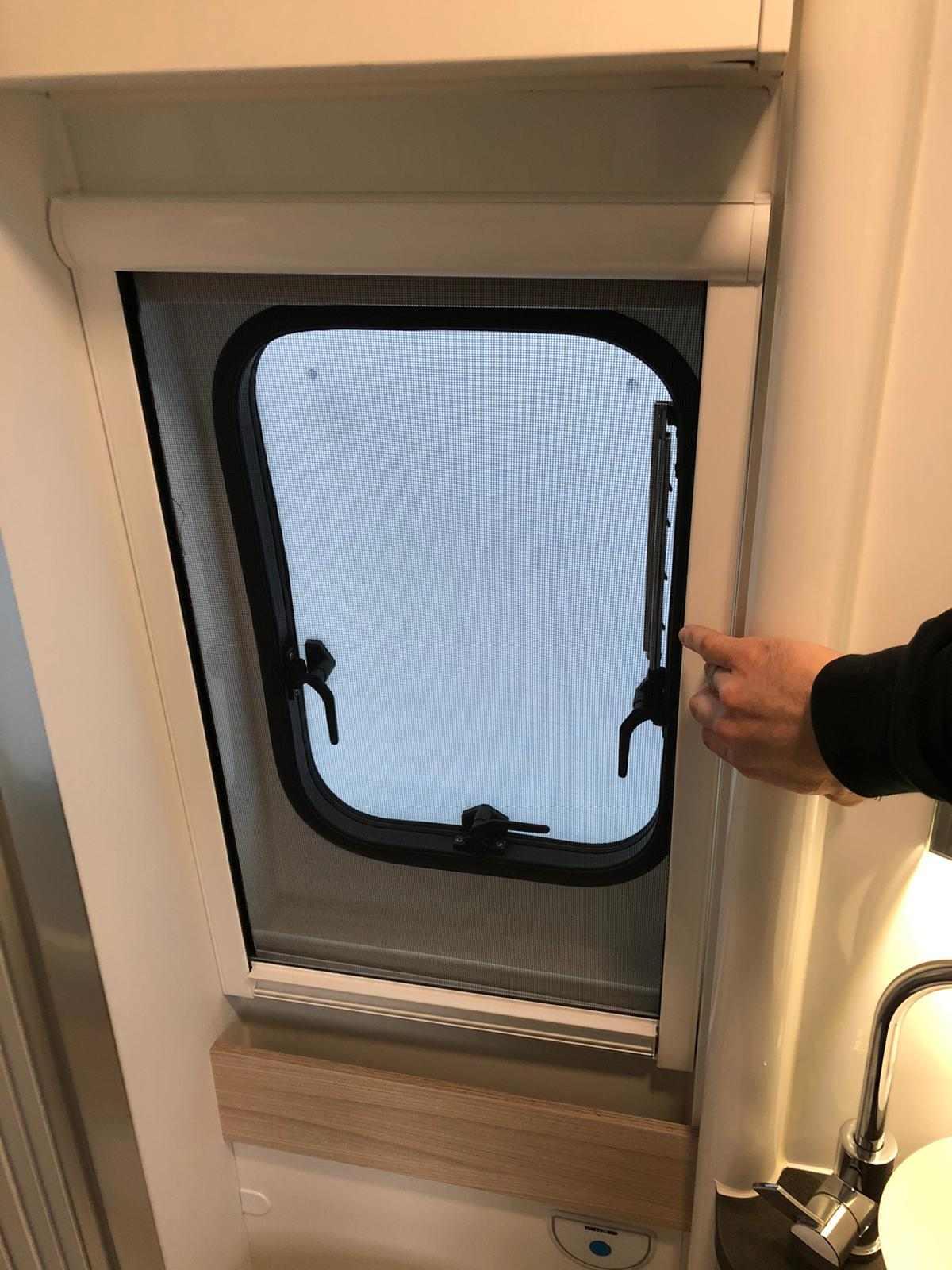 Fliegenschutzrollo im Badezimmer des Adria Twin Plus / Supreme ...