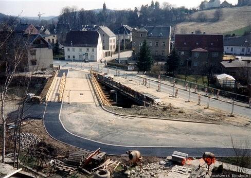 20. April 1996. Behelfsbrücke und Fahrbahn sind fertiggestellt.