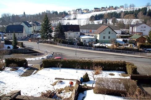 Blick von der Berggasse auf die Doktorbrücke, 1. März 2009. Im Vordergrund auch ein Teil des Grundstücks Hauptstraße 61. Dort wo die Einfahrt zwischen der Hecke ist, auf der Fläche die jetzt noch mit Schnee bedeckt ist, stand einstmals das Haus von Dr. Ehinger, dem Namenspaten der Brücke.