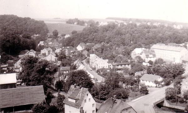 Die Rosenstraße mit Einmündung in die Einsiedler Neue Straße von Turm des Brauhauses aus aufgekommen. Links 1975, rechts am 15. Juni 2008. (Foto links: Peter Hollstein)