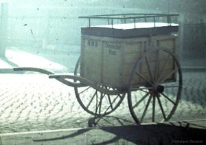 In den 1950er Jahren wurde die Post noch mit großen hölzernen Karren verteilt. Die Aufnahme ist an der Einsiedler Neuen Straße entstanden, hier war ja alles noch eben. (Foto: Willi Fiebig)