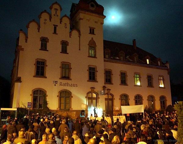 Das Einsiedler Rathaus, davor eine Demo gegen die geplante EAE am 25.11.15
