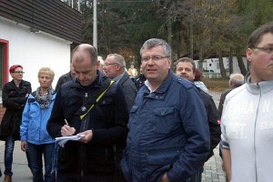 """Warten auf Einlass: Bürger und Journalisten am 10.11.15 zum """"Tag der offenen Tür"""" vor der Einrichtung"""