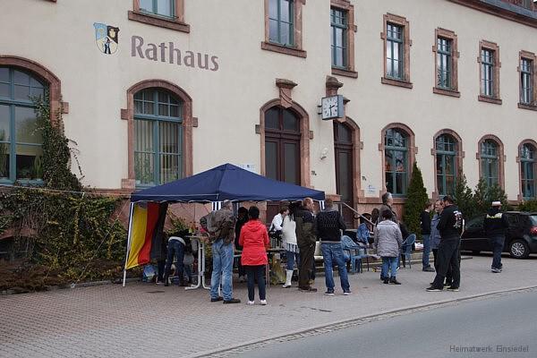 Der Infostand vor dem Einsiedler Rathaus am Ostersonntag.