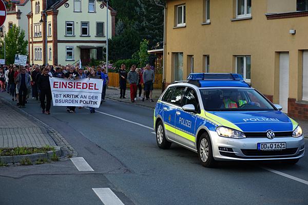 Polizeifahrzeug vor dem Schweigemarsch