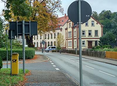 Polizeifahrzeug vorm Einsiedler Rathaus