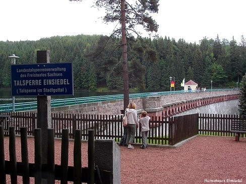 Besucherplattform neben der Staumauer