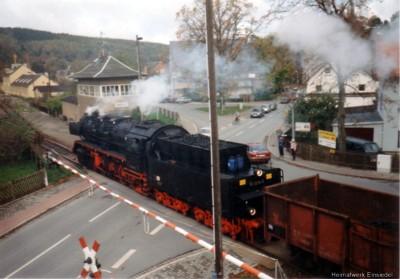 Dampflok mit Güterzug auf dem Bahnübergang Ortsmitte