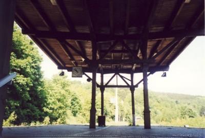 Blick von der Tunneltreppe auf den Bahnsteig