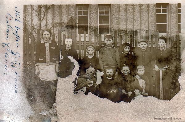 Kinder vor dem Reichelhaus Berbisdorfer Straße 64 in Einsiedel 1923