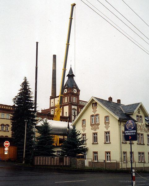 """Einheben eines neuen Gärbehälters durch das geöffnete Dach in der Privatbrauerei """"Einsiedler Brauhaus"""" 2004"""