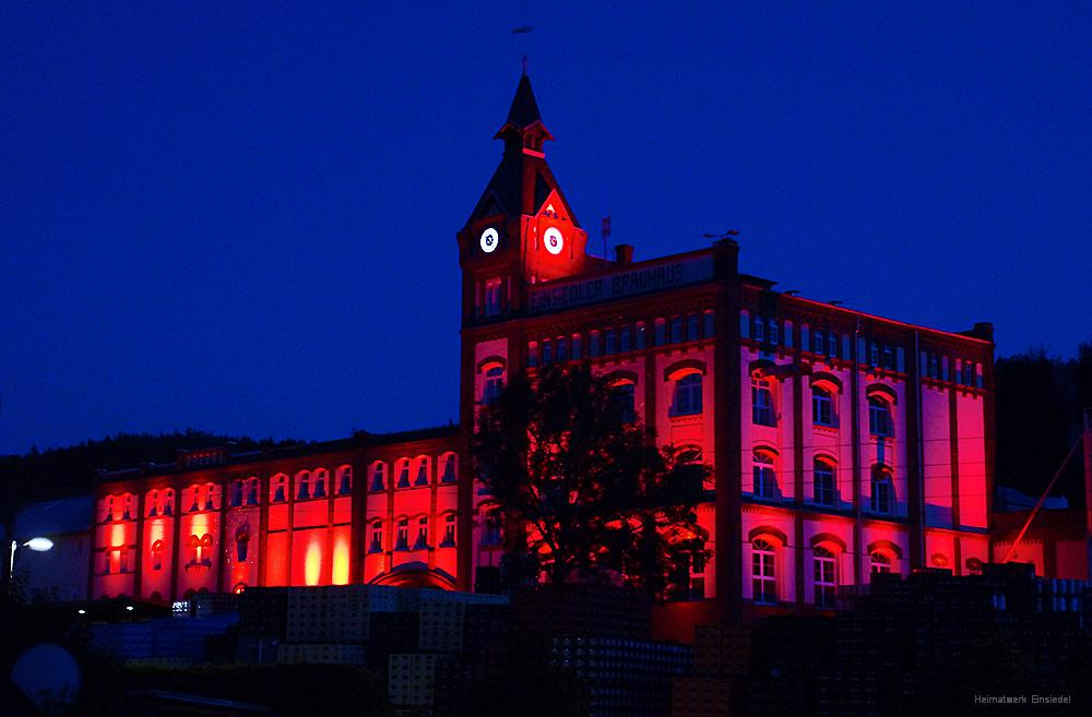 Night of Light am 22.06.2020 - das Einsiedler Brauhaus wird rot angestrahlt