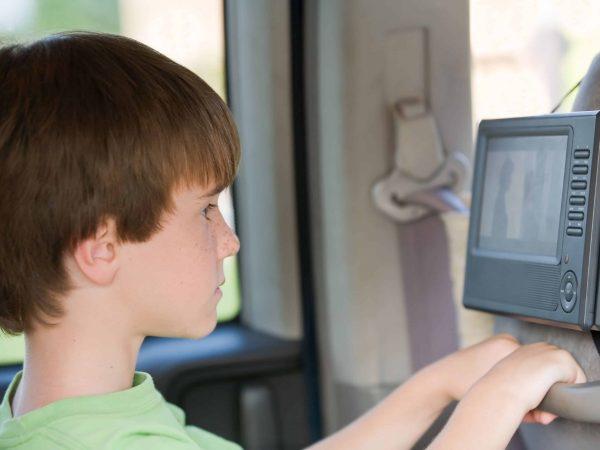 Junge vor einem tragbaren Fernseher