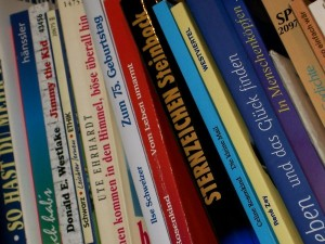 Schwebendes Bücherregal selbst bauen
