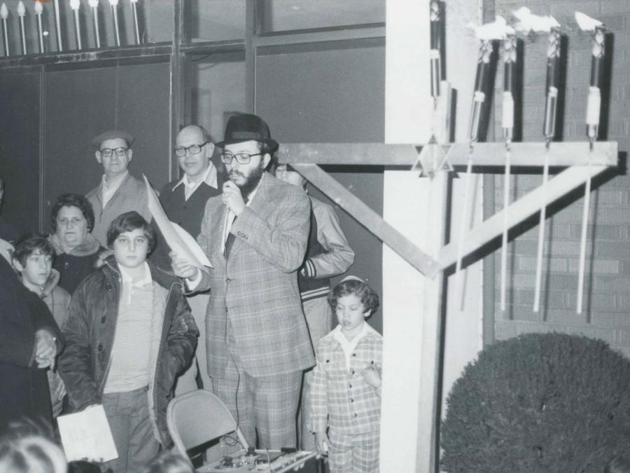 Hanukkah at B'nai Emunoh c. 1975. Jewish Chronicle Archives, Rauh Jewish History Program & Archives at the Heinz History Center.