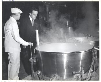 A mashigach inspects a vat of Heinz soup, November 5, 1951. Detre Library & Archives at the Heinz History Center.