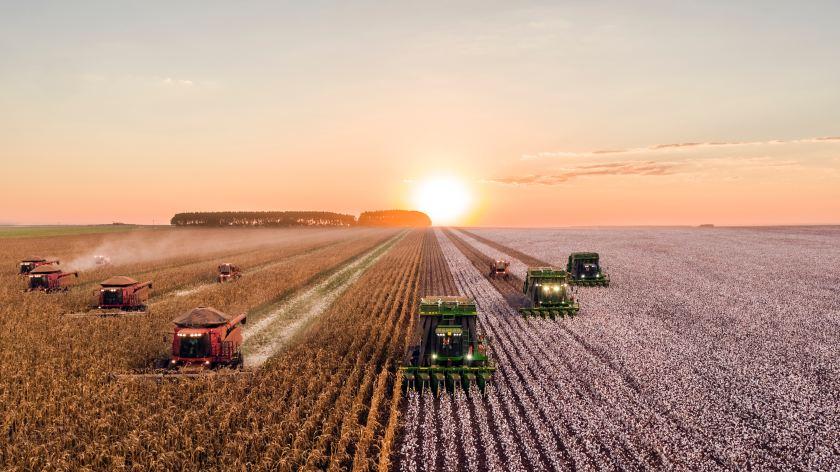 Tarlada çalışan tarım makineleri