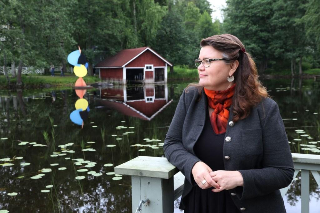 Tekstiilitaiteilija Helena Vaari Taidekeskus Salmelassa Mäntyharjulla 6. elokuuta 2015.