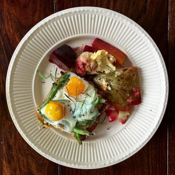 Ovnsbakte egg med bacon, aspargesbønner og rosmarin