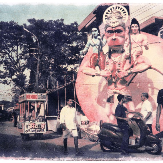 Oskar Landi photography - image of a busy street scene in India